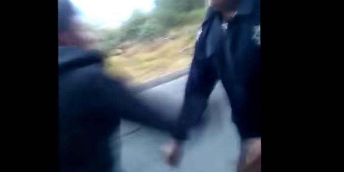 VIDEO: Jóvenes quitan ametralladora a policías e intentan dispararles