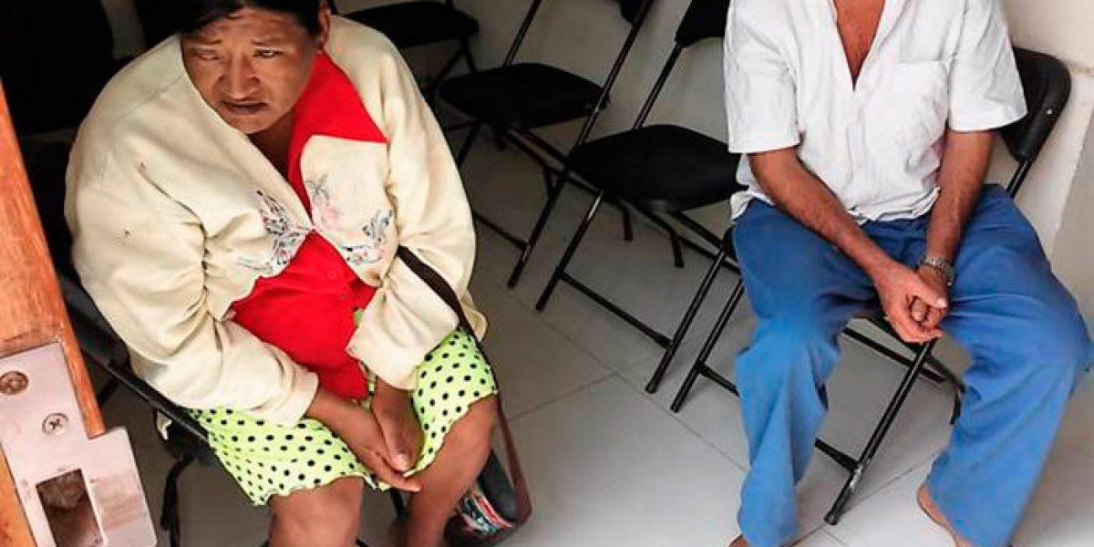 """Obligan a campesinos a quitarse sandalias para no """"ensuciar"""" alcaldía en QRoo"""