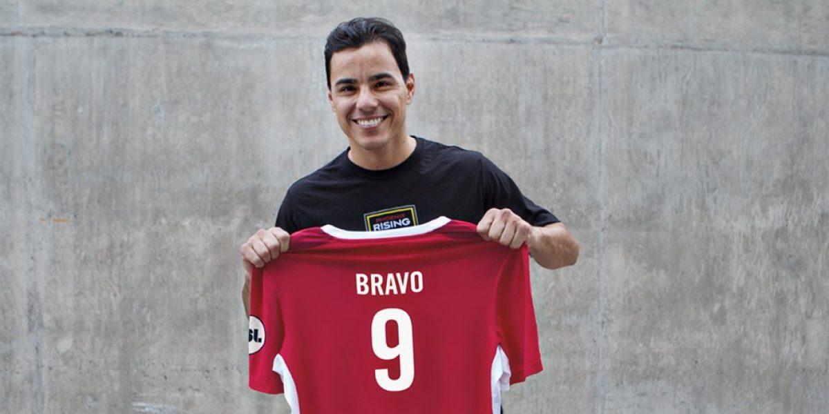 Omar Bravo con su nueva camiseta