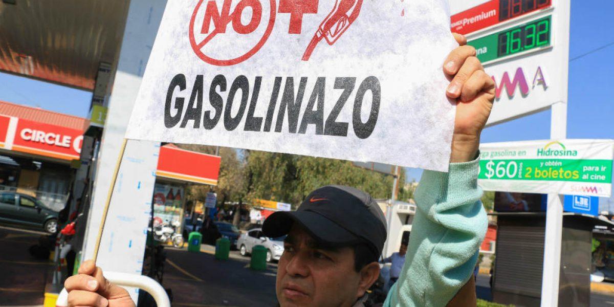 Admiten tres amparos de la CDMX contra gasolinazo