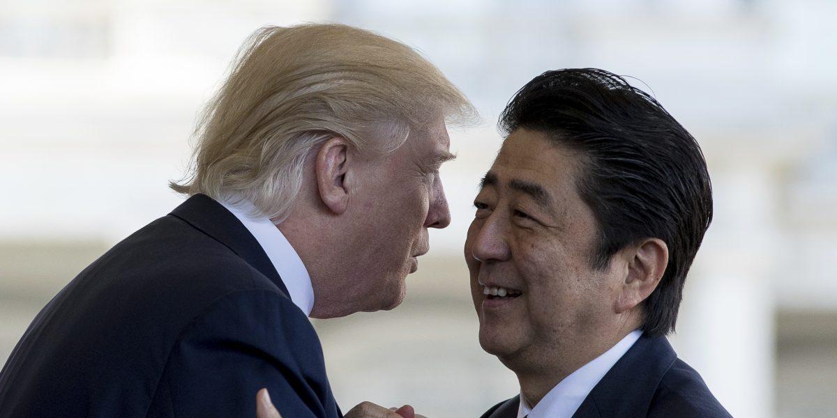 Trump recibe a primer ministro de Japón en la