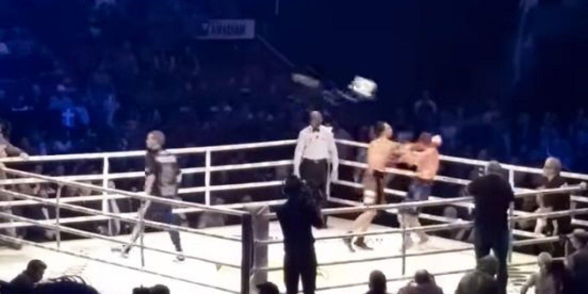 VIDEO: Afición golpea a boxeador y desatan campal abajo del ring