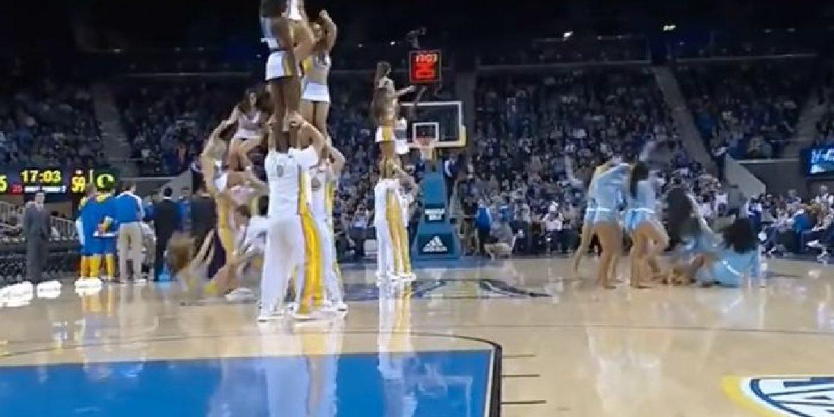 VIDEO: Porrista cae dos veces en el mismo partido ¡mala suerte!