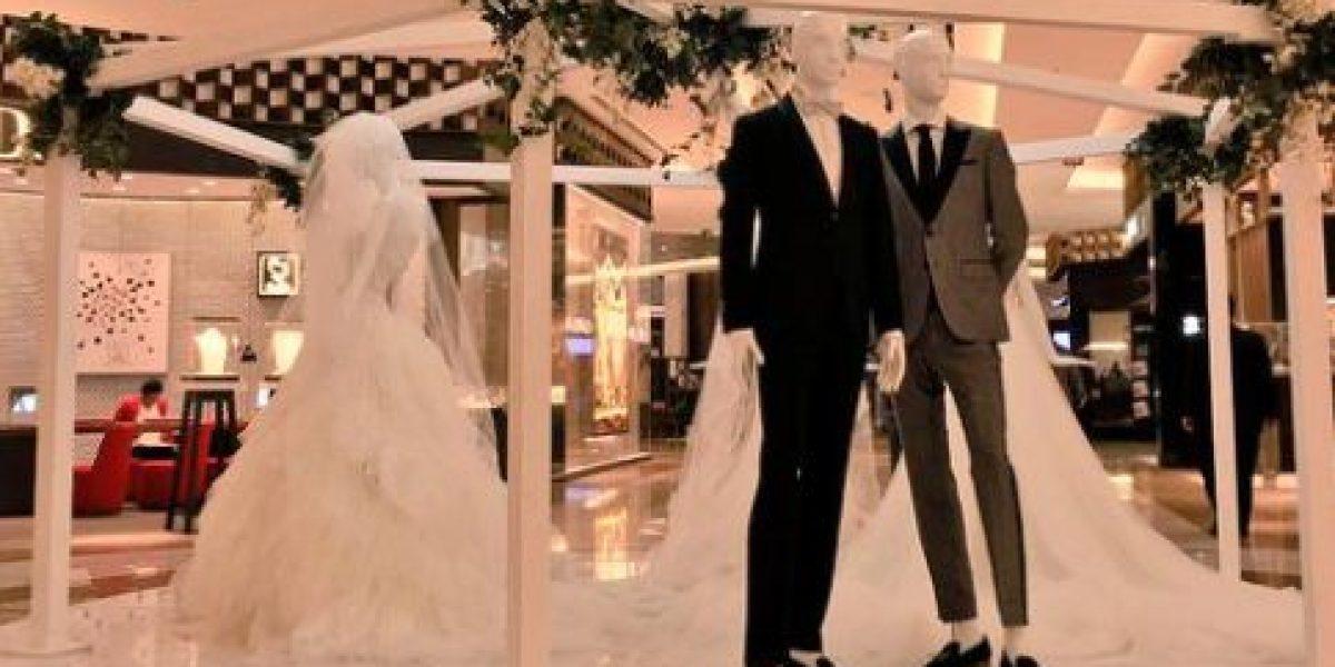 Tienda departamental incluye maniquíes gay por día del amor en CDMX