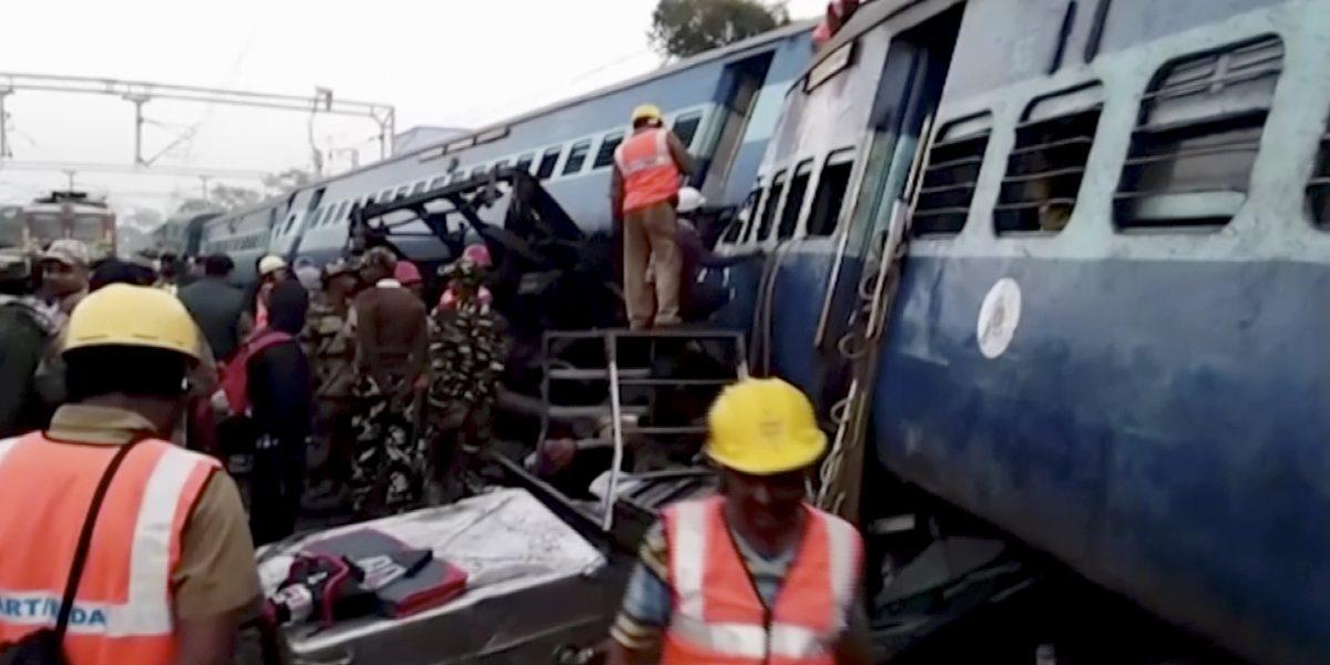 Se descarrila tren en California y 22 vagones caen a río