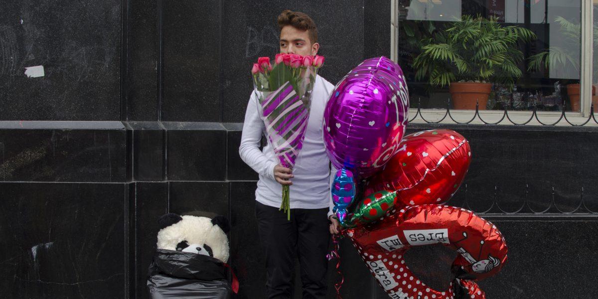 Metro prohíbe, por menos de 4 horas, acceso con globos de San Valentín
