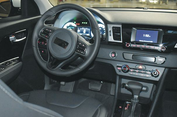El interior luce moderno y coincide con el auto híbrido. |Marco alegría
