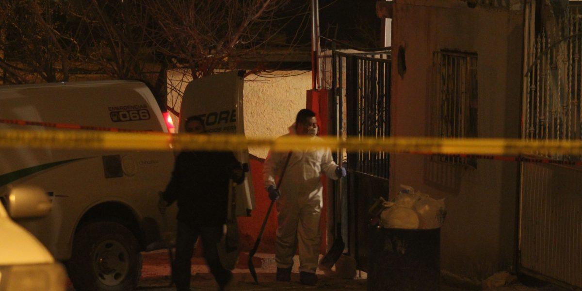 Hallan fosa clandestina con tres cuerpos en Michoacán