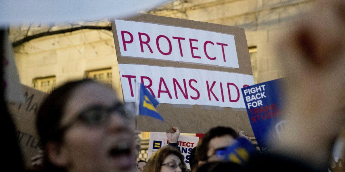 Trump anula ley de Obama que permitía a transexuales elegir baño en escuelas públicas