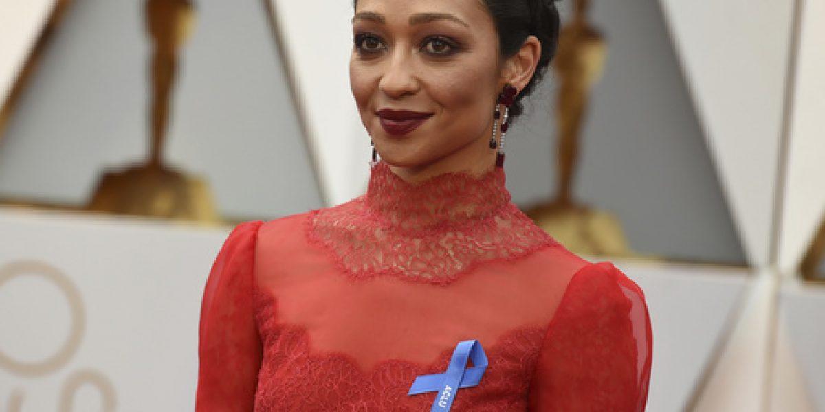 Por qué los famosos usan listón azul en los Óscar