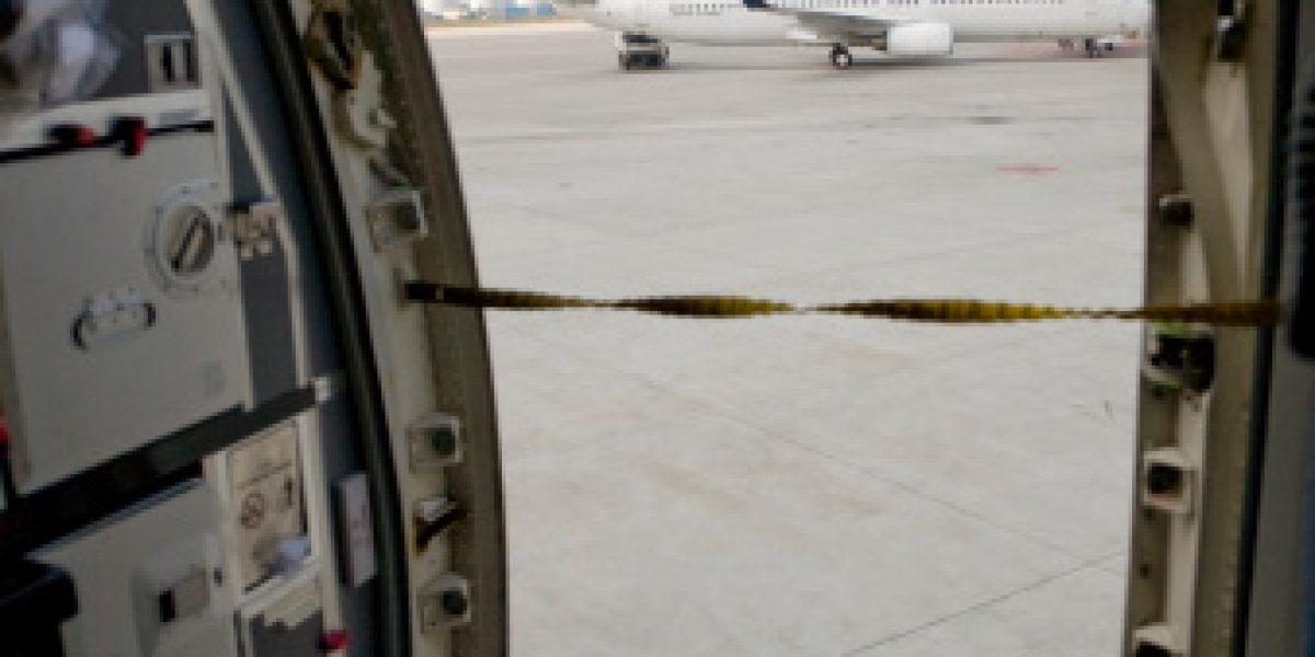 ¿Qué sucede cuando se abre la puerta de un avión en vuelo?