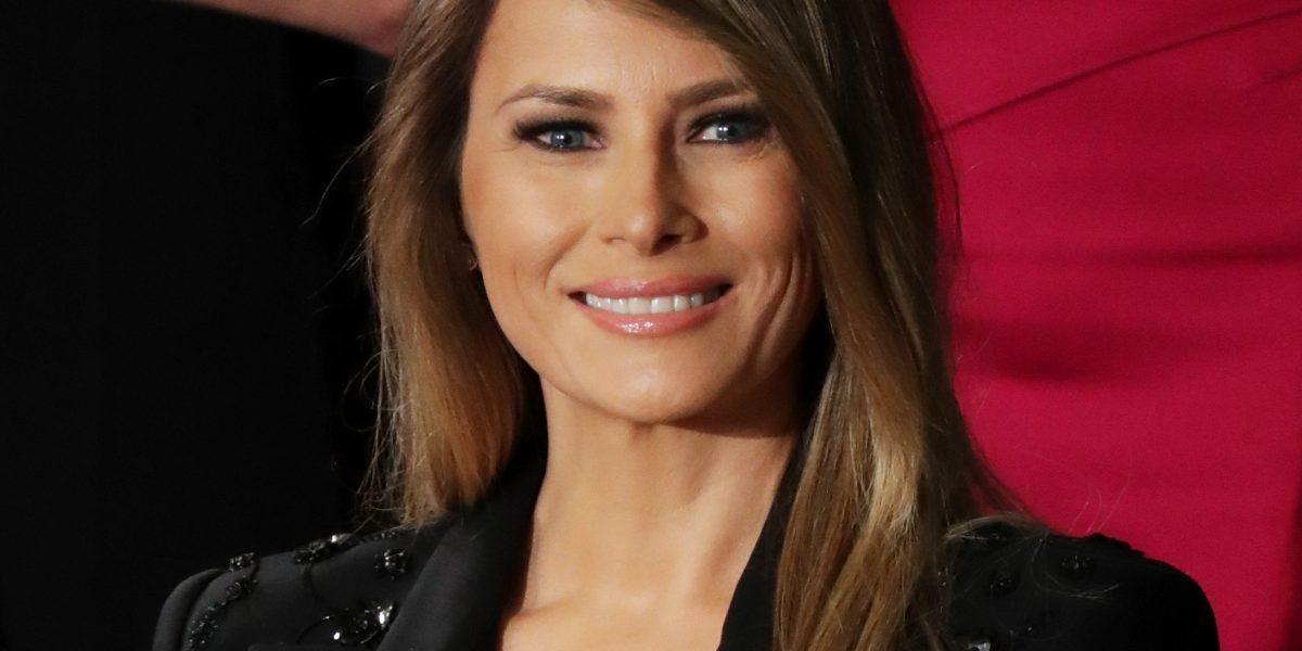 Melania usa vestido de 190 mil pesos en discurso de Trump