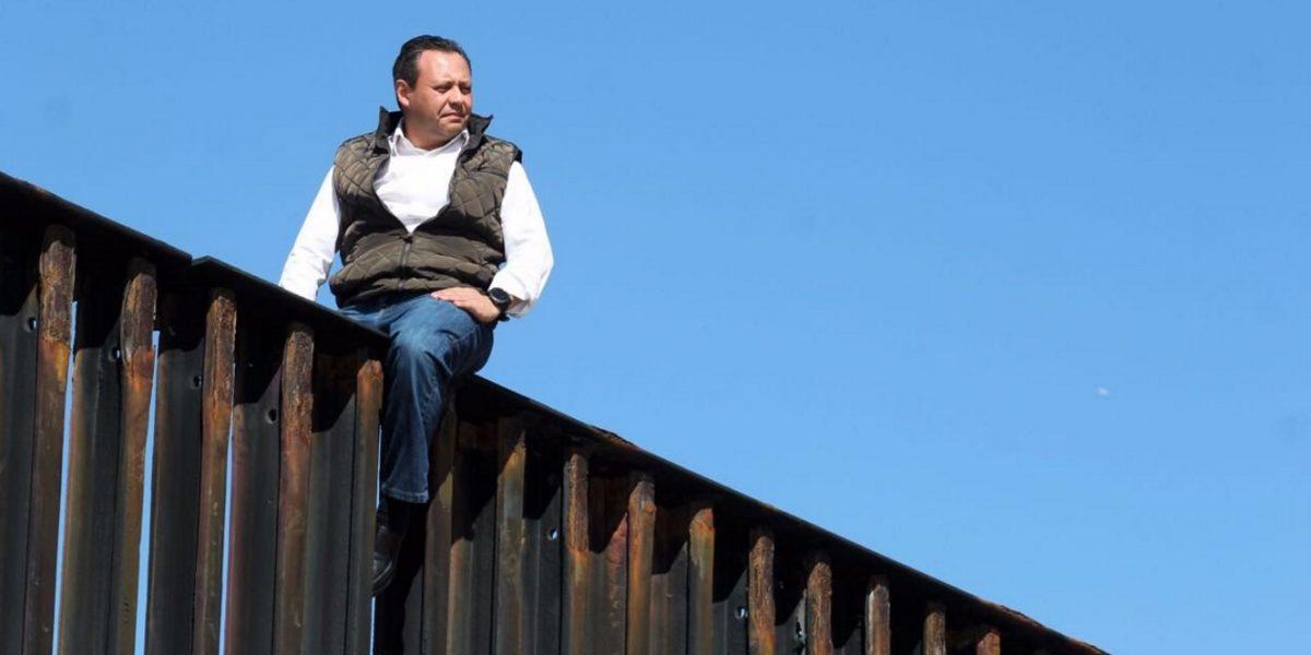 Diputado del PRI reta a Trump y escala el muro en Tijuana