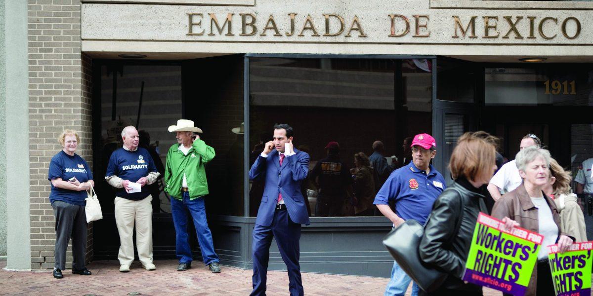 México pagó 135 mdp en 2016 para rentar embajadas en EU