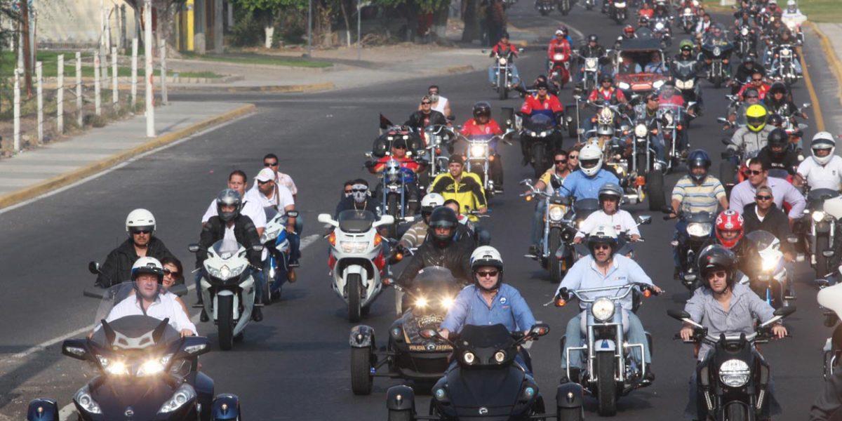 Tapatíos cambian autos por motocicletas por