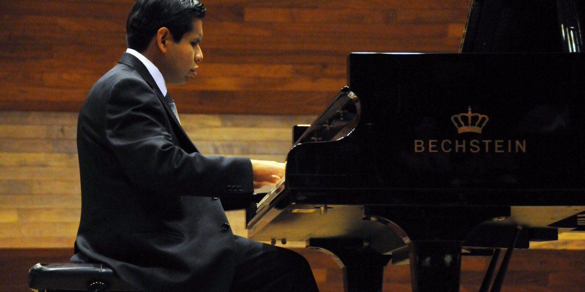Alumno invidente se titula con honores en música por la UNAM
