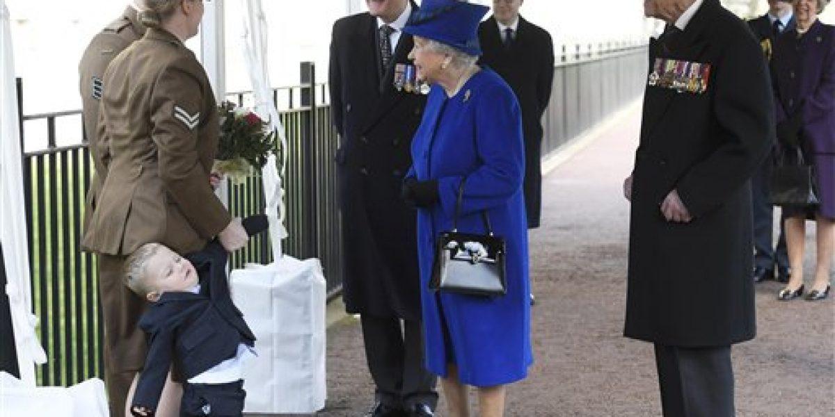 Niño de dos años hace berrinche al conocer a la reina Isabel II