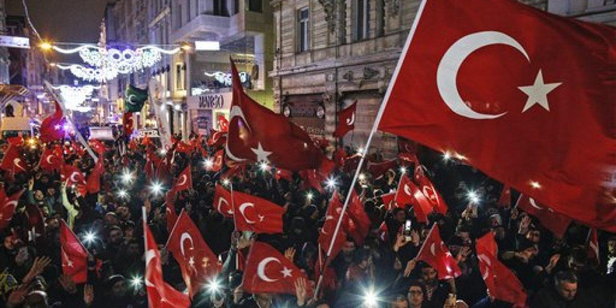 Cientos de turcos protestan contra gobierno de Holanda por veto a ministros