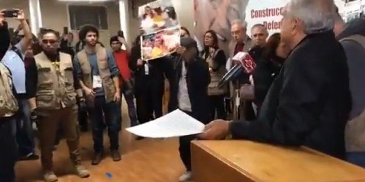 Increpan a AMLO en Nueva York por caso Ayotzinapa