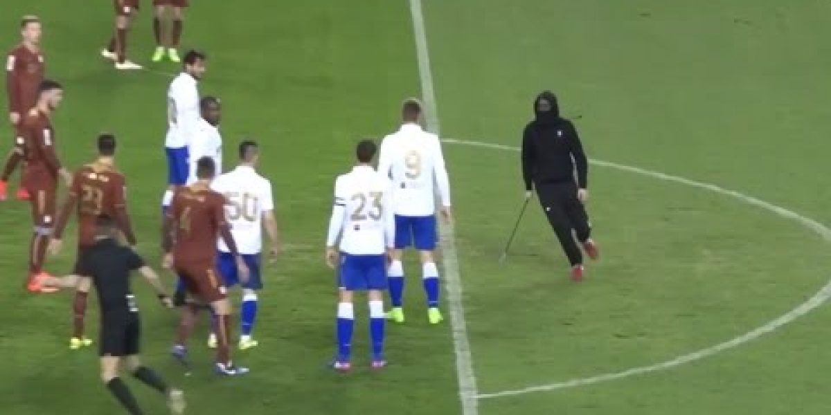 VIDEO: Aficionado invade la cancha y amenaza a árbitro