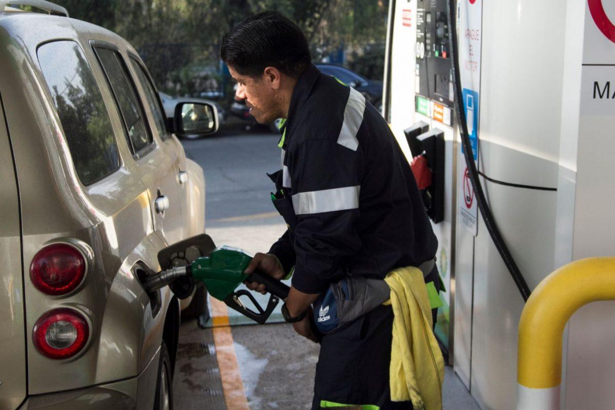 Los coches dirigidos con la gasolina del vídeo