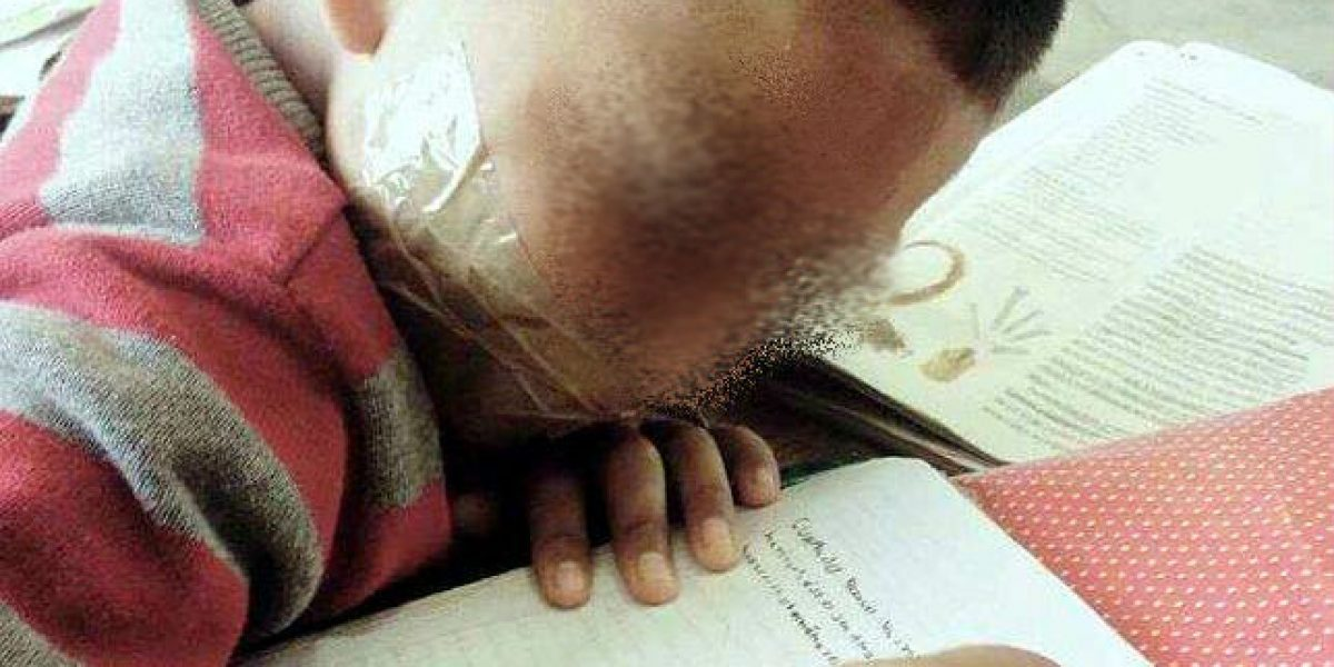 Maestra amordaza a menor porque no se callaba