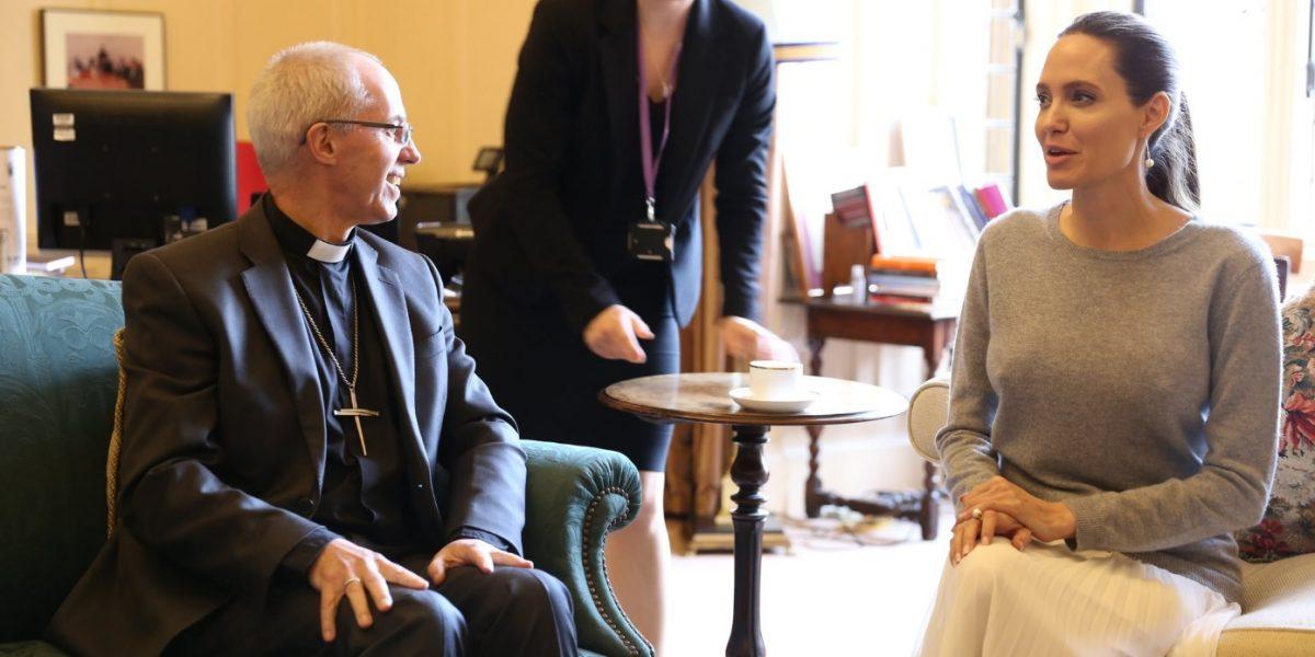 Critican a Angelina Jolie por no usar sostén en junta con arzobispo