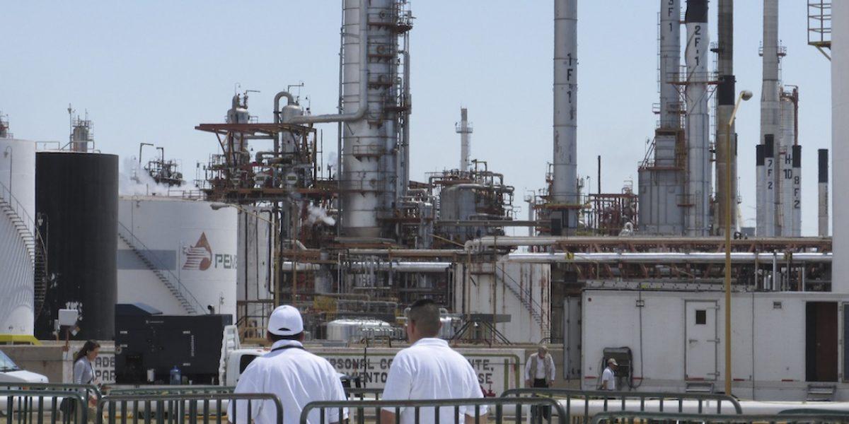 Suman cinco muertos por explosión en refinería de Salamanca
