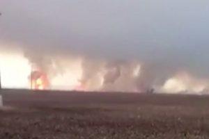 Captan terrible incendio en un almacén de armas de Ucrania