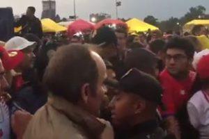 VIDEO: Aficionados de Costa Rica y policías pelean en el Estadio Azteca