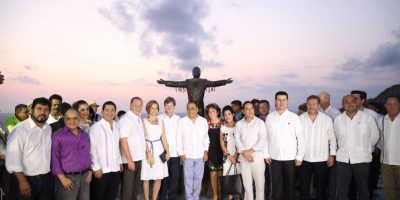 Develan estatua de Juan Gabriel en Acapulco