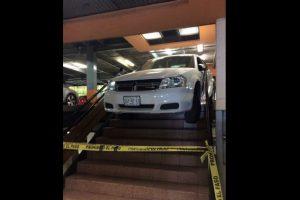 Conductor en Monterrey intenta entrar a estacionamiento ¡por las escaleras!