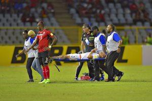 Carlos Salcedo muestra la herida que le ocasionó el pisotón de Molino