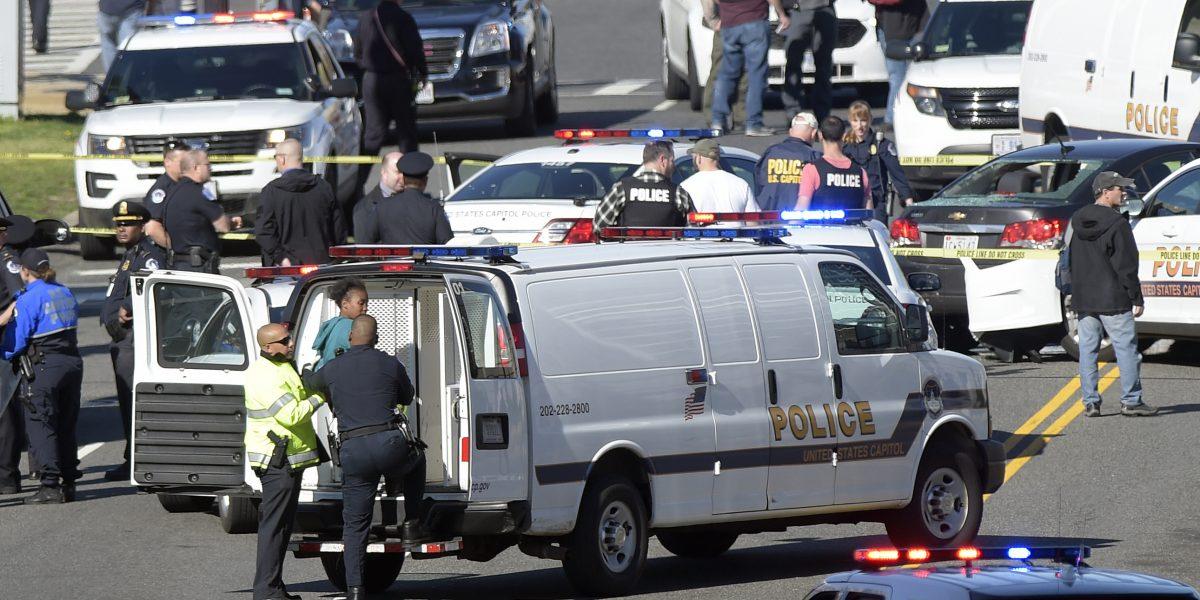 Detienen a mujer por chocar patrulla cerca del Capitolio, descartan atentado