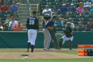 VIDEO: Umpire se equivoca y marca ponche en lugar de strike