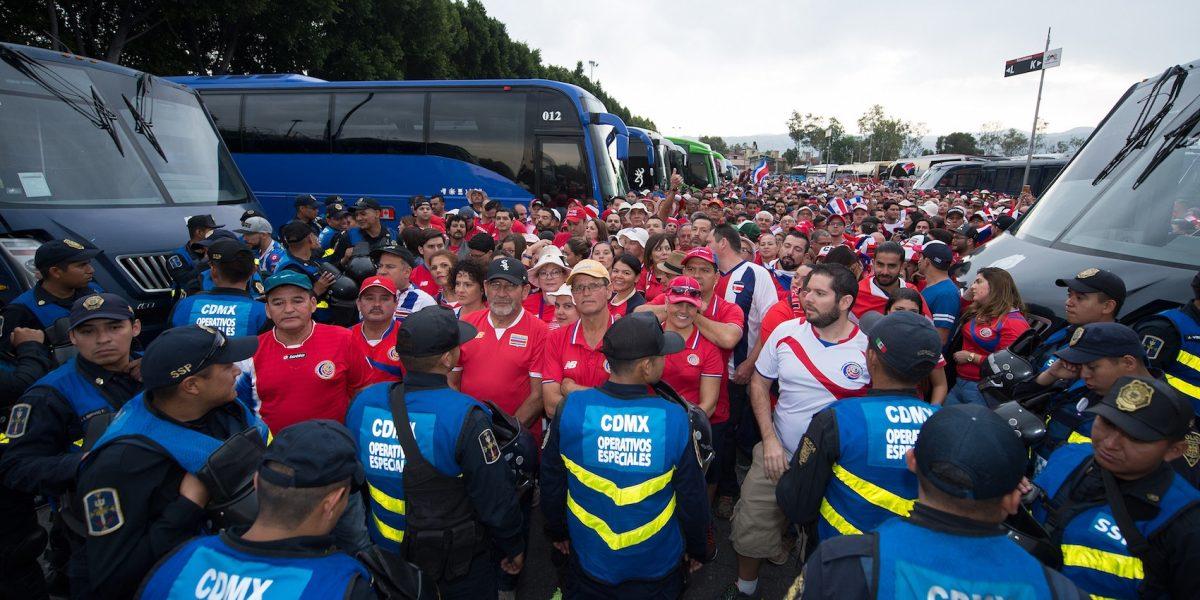 Costa Rica denuncia malos tratos a su afición en el Azteca