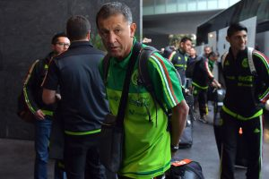 Juan Carlos Osorio tranquiliza a los suplentes de la Selección Mexicana