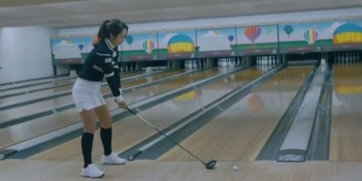 VIDEO: Golfista nos demuestra que su deporte se puede combinar con ¡el boliche!