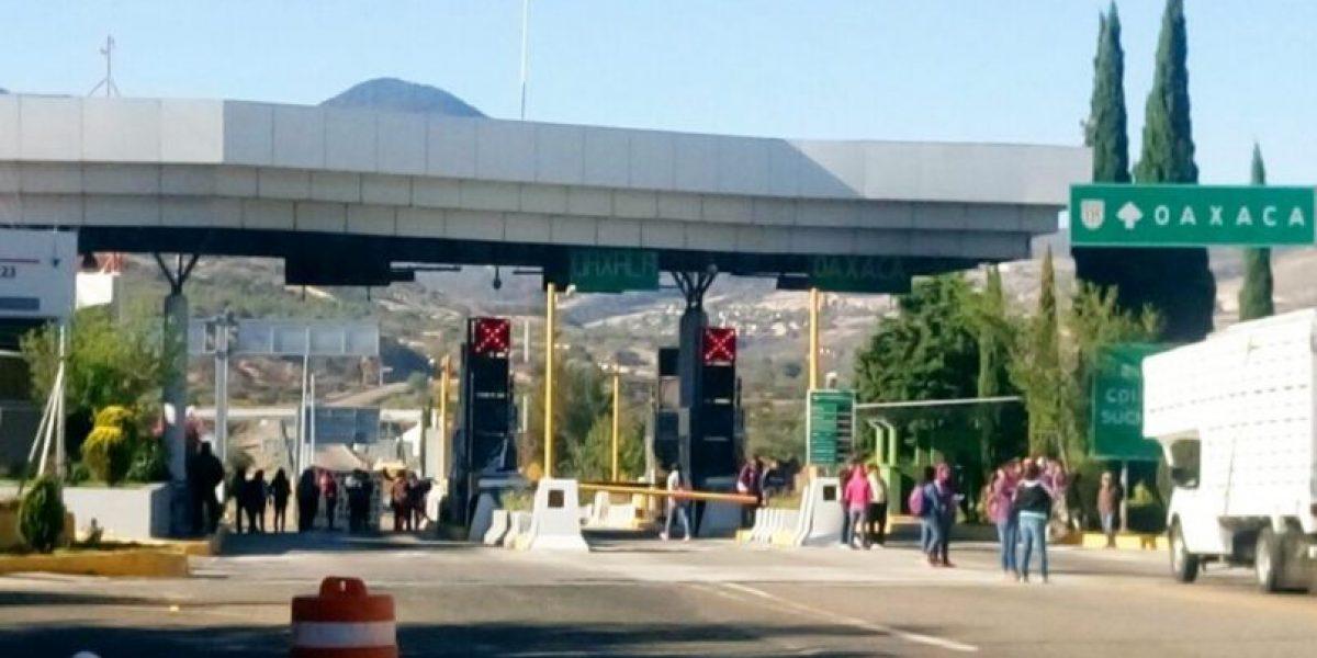 Normalistas toman casetas de cobro en Oaxaca