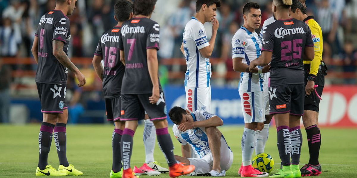 Hirving Lozano regresó a las canchas pero volvió a ser maltratado