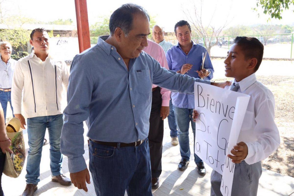 Fue recibido por alumnos de diferentes primarias y secundarias de este lugar. Imagen Por: Foto: Especial