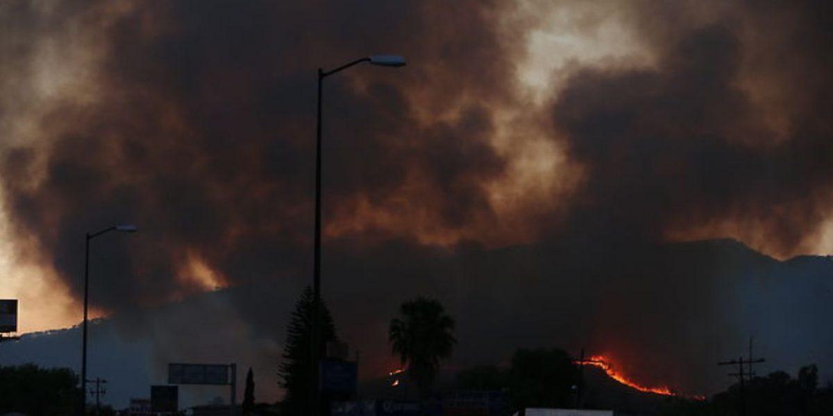 Por incendio en cerro del Tepopote declaran emergencia atmosférica en Zapopan
