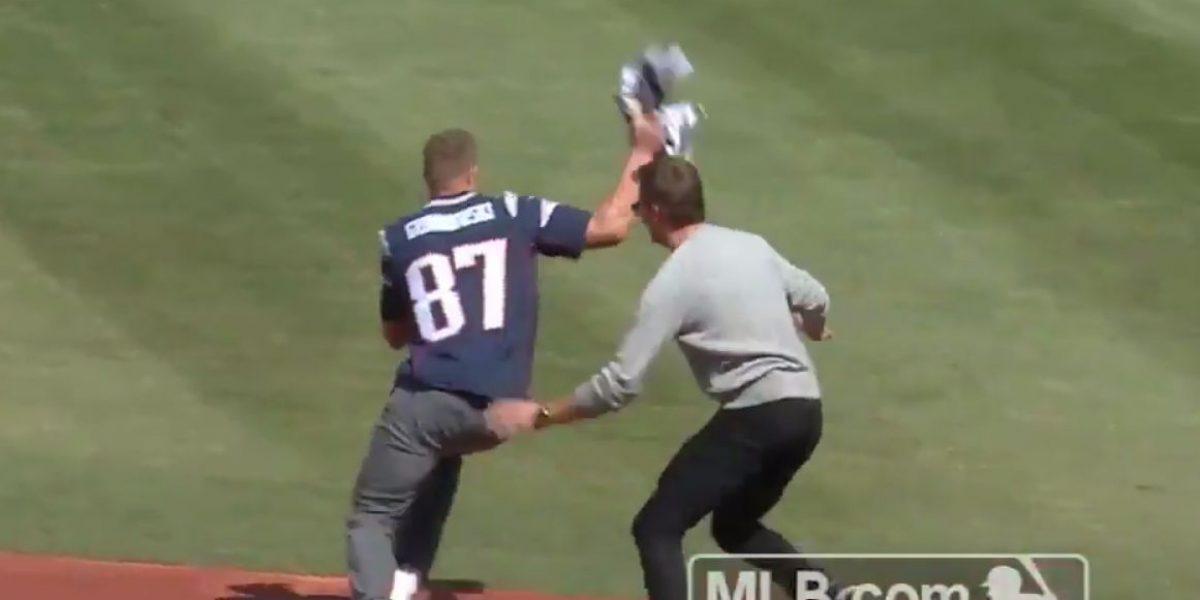 """Gronkowski le """"roba"""" el jersey a Tom Brady"""