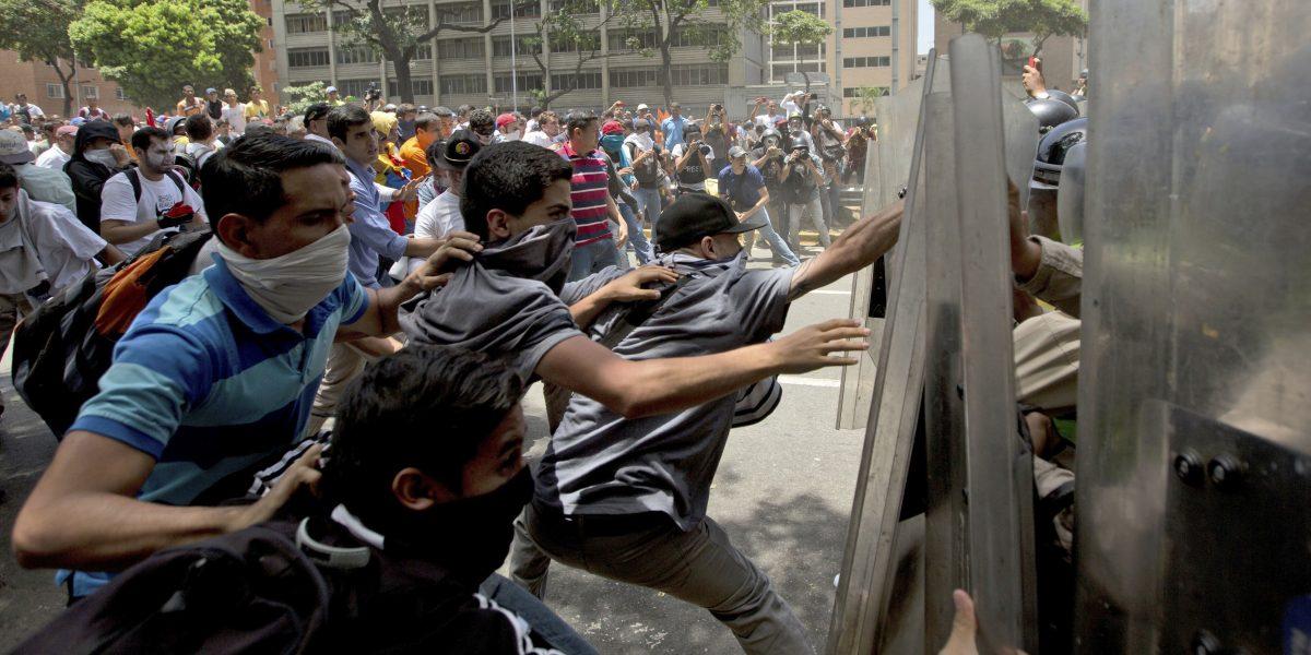 Venezuela: Manifestación termina con enfrentamiento entre opositores y policía