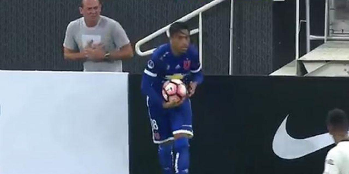 VIDEO: ¡Falta árbitro! Recogebalones finge ser agredido por futbolista