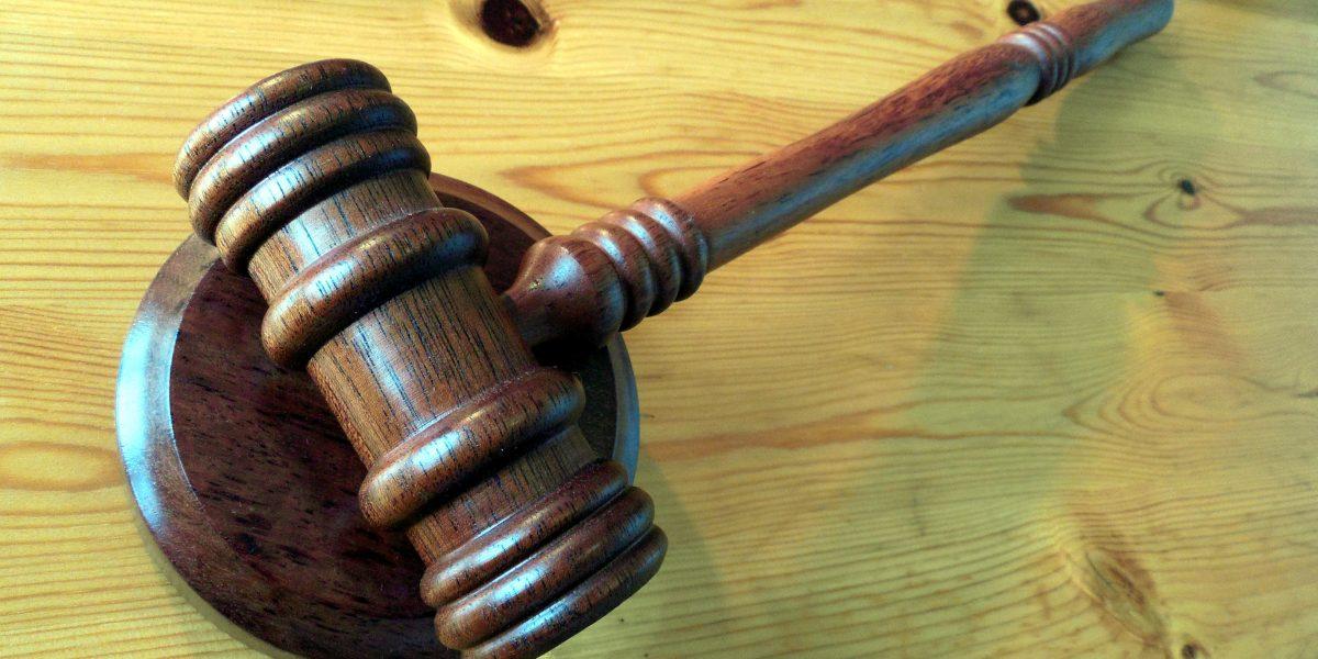 Mujer acusada de matar a su esposo paga la fianza más grande de EU