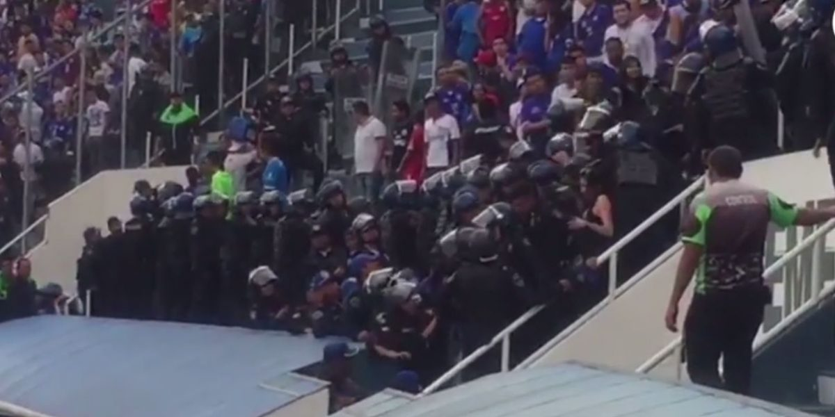 VIDEO: Aficionados de Cruz Azul protagonizan pelea en el estadio