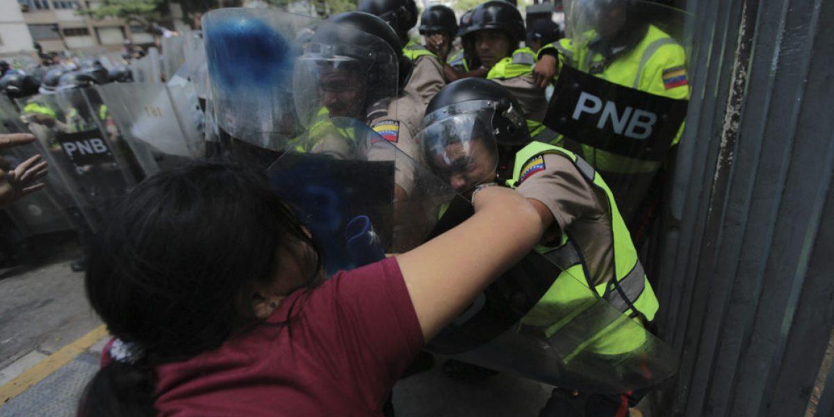 Enfrentamiento entre policías y manifestantes en Venezuela deja 3 heridos