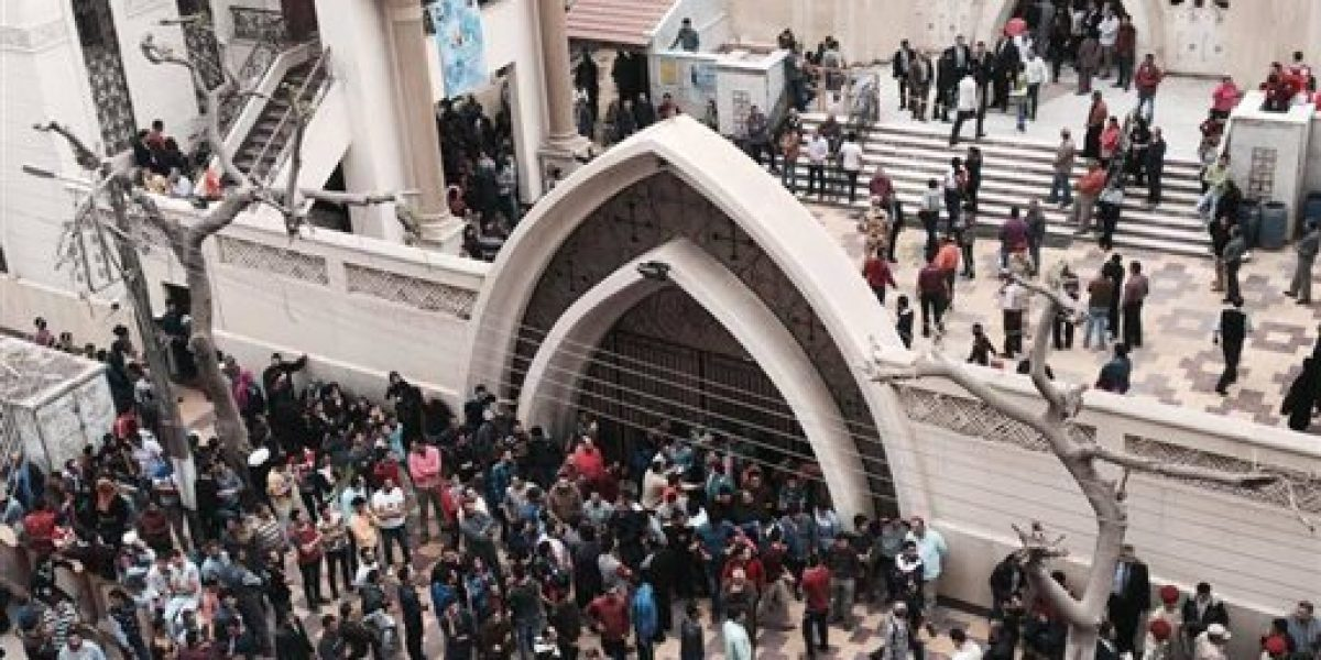 EI se atribuye ataques a iglesias en Egipto; suman 47 muertos