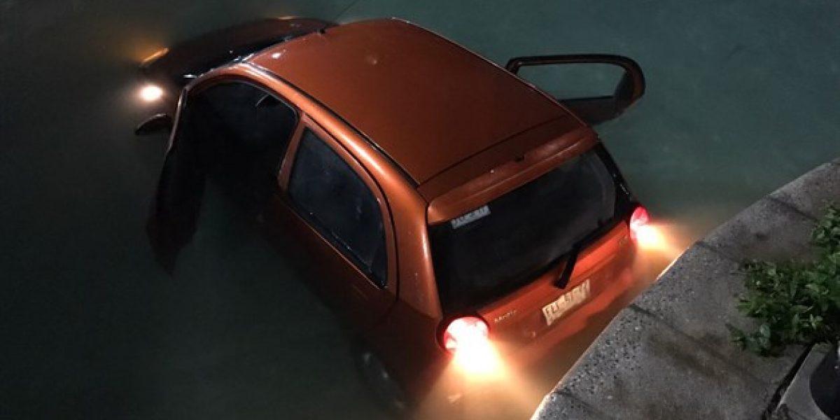 Conductor sale de antro y termina con todo y auto en canal de Monterrey